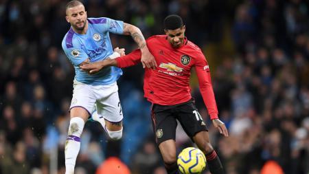 Kyle Walker saat berduel dengan Marcus Rahsford di laga Manchester City vs Manchester United - INDOSPORT