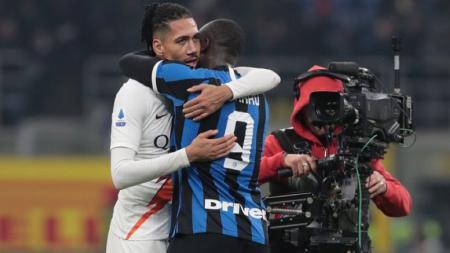Chris Smalling memeluk Romelu Lukaku pasca laga Inter Milan vs AS Roma - INDOSPORT