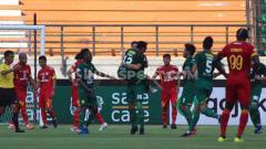 Indosport - Pelatih Persebaya Surabaya, Aji Santoso mengapresiasi para pemainnya usai berhasil mengalahkan Bhayangkara FC 4-0 pada Liga 1 di GBT, Minggu (08/12/19).