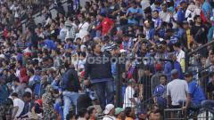 Indosport - General Manager PSIS, Wahyu Winarto turut membantu meredakan kericuhan suporter di tribun barat dalam laga Shopee Liga 1 2019 kontra Arema FC.