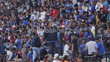 General Manager PSIS, Wahyu Winarto turut membantu meredakan kericuhan suporter di tribun barat dalam laga Shopee Liga 1 2019 kontra Arema FC. - INDOSPORT
