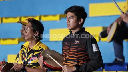 Wajah sayu Menpora Malaysia, Syed Saddiq nampak berada di tengah suporter Malaysia lainnya saat menyaksikan Greysia Polii/Apriyani Rahayu mengalahkan Vivian Hoo/Yap Cheng di semifinal SEA Games 2019.