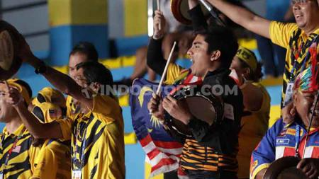 Suporter tim Indonesia dan Malaysia meramaikan final SEA Games 2019 cabang bulutangkis perorangan, Senin (9/12/19), di Muntinlupa Sports Complex, Filipina. - INDOSPORT