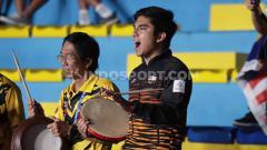 Indosport - Menpora Malaysia, Syed Saddiq, merayakan kemenangan pasangan Aaron Chia/Soh Wooi Yik yang mengalahkan ganda putra Indonesia, Wahyu Nayaka/Ade Yusuf Santoso dalam semifinal SEA Games di Muntinlupa Sport Complex, Manila, Minggu (08/12/19).