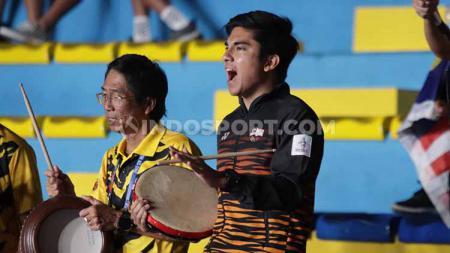 Menpora Malaysia, Syed Saddiq, merayakan kemenangan pasangan Aaron Chia/Soh Wooi Yik yang mengalahkan ganda putra Indonesia, Wahyu Nayaka/Ade Yusuf Santoso dalam semifinal SEA Games di Muntinlupa Sport Complex, Manila, Minggu (08/12/19). - INDOSPORT