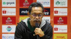 Indosport - Pelatih Persebaya Surabaya, Aji Santoso memberi keterangan pasca kemenangan 4-0 atas Bhayangkara FC di Liga 1 2019, Minggu (08/12/19).