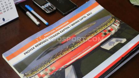 Proposal renovasi Stadion Kapten I Wayan Dipta, Gianyar, yang ada di meja kerja rumah dinas Gubernur Bali. Proposal ini ada saat manajemen Bali United menemui Gubernur Bali, I Wayan Koster, Minggu (8/12/19) sore - INDOSPORT