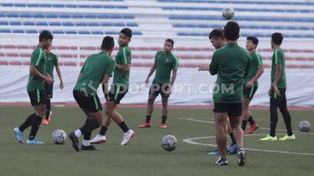 Latihan keras dijalani pemain Timnas Indonesia U-23 jelang partai final SEA Games 2019 kontra Vietnam. - INDOSPORT