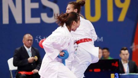 Karateka Indonesia, Georgia Zefanya Ceyco (merah) bertarung melawan Zaw Win dari Myanmar di kelas kumite  61 kg putri SEA Games 2019 di Word Trade Center, Manila, Senin (09/12/19).