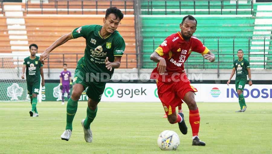 Koko Ari Araya menjalani debut menggantikan Novan Setya Sasongko saat lawan Bhayangkara FC, Minggu (8/12/19). Copyright: Fitra Herdian/INDOSPORT