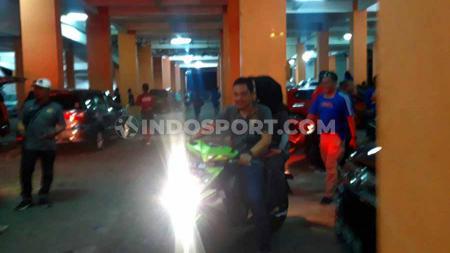 Yoyok Sukawi bersama istrinya menggunakan sepeda motor hendak keluar dari Stadion Moch. Soebroto, kandang klub Liga 1, PSIS Semarang. - INDOSPORT