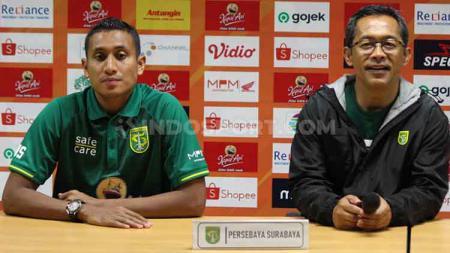 M Syaifuddin (kiri) dan pelatih Aji Santoso saat konfrensi pers usai laga Persebaya vs Bhayangkara di Stadion GBT, Minggu (08/12/19). - INDOSPORT