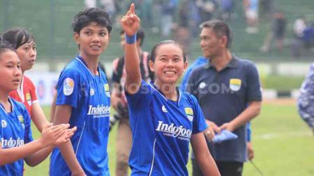 Pemain Persib Putri, Risqiyanti saat pertandingan menghadapi Arema FC pada leg pertama semifinal Liga 1 Putri 2019 di Stadion Siliwangi, Kota Bandung, Minggu (01/12/2019). - INDOSPORT
