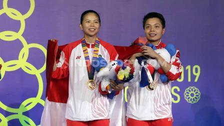 Pasangan Ganda putri Indonesia, Greysia Polii/Apriyani saat menerima medali emas di Final SEA Games 2019, Senin (09/12/19).