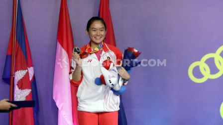 Tunggal Putri Indonesia Ruselli Hartawan saat menerima medali Perak di Final SEA Games 2019, Senin (09/12/19).