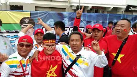 Potret kemesraan suporter Timnas Indonesia dan Vietnam di depan Stadion Rizal Memorial, Selasa (10/12/19). - INDOSPORT