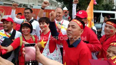 Potret kemesraan suporter Timnas Indonesia dan Vietnam di depan Stadion Rizal Memorial - INDOSPORT