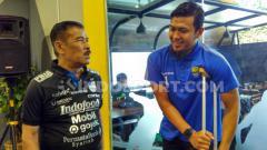 Indosport - Manajer Persib, Umuh Muchtar dan penjaga gawang Persib, Muhammad Natshir di Graha Persib, Jalan Sulanjana, Kota Bandung, Selasa (10/12/2019).