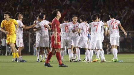 Para pemain Timnas Indonesia U-23 tertunduk lesu usai dikalahkan Vietnam dalam pertandingan final SEA Games 2019.