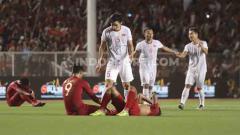 Indosport - Para pemain Timnas Indonesia U-23 terlihat tertunduk lesu usai tumbang 0-3 dari Vietnam di final SEA Games 2019.