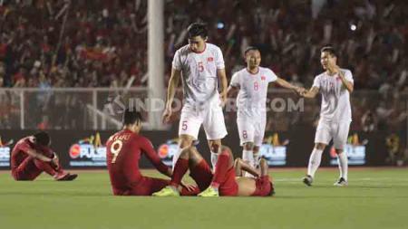 Para pemain Timnas Indonesia U-23 terlihat tertunduk lesu usai tumbang 0-3 dari Vietnam di final SEA Games 2019. - INDOSPORT