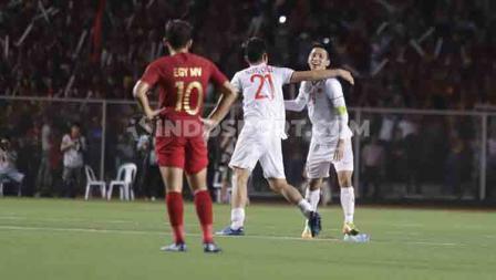 Egy Maulana Vikri hanya bisa meratap melihat dua pemain Vietnam selebrasi di pertandingan final SEA Games 2019.