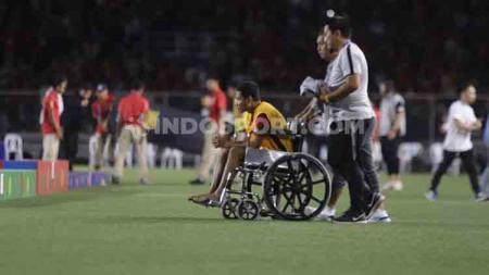 Gelandang Timnas Indonesia U-23, Evan Dimas tampak menggunakan kursi roda pasca kekalahan dari Vietnam U-23 di final SEA Games 2019 di Rizal Memorial Stadium, Selasa (10/12/19). - INDOSPORT