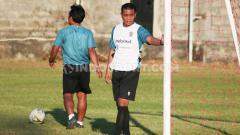 Indosport - Asisten pelatih Bali United, Eko Purdjianto, memimpin sesi latihan tim menjelang laga pembuka Piala AFC 2020.