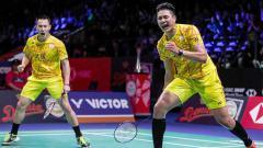 Indosport - Pebulutangkis China Taipei, Lu Ching-yao tak bisa menyembunyikan perasaan senang dan rasa hormatnya lantaran diberi jempol oleh Mohammad Ahsan.