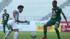 Indosport - Laga pertandingan antara Persebaya Surabaya vs Arema FC Shopee Liga 1 di Stadion Batakan Samarinda, Kamis (12/12/19).
