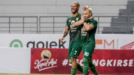 Selebrasi pemain Persebaya David da Silva dan Diogo Campos usai mencetak gol ke gawang Arema FC Shopee Liga 1 di Stadion Batakan, Samarinda, Kamis (12/12/19). - INDOSPORT