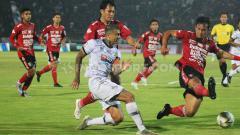 Indosport - Bek Bali United, Gunawan Dwi Cahyo berusaha menutup umpan yang dilepaskan winger Tira Persikabo, Ciro Alves pada laga pekan ke-32 Shopee Liga 1 2019 di Stadion Kapten I Wayan Dipta, Gianyar, Kamis (12/12/19).