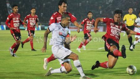 Bek Bali United, Gunawan Dwi Cahyo berusaha menutup umpan yang dilepaskan winger Tira Persikabo, Ciro Alves pada laga pekan ke-32 Shopee Liga 1 2019 di Stadion Kapten I Wayan Dipta, Gianyar, Kamis (12/12/19). - INDOSPORT