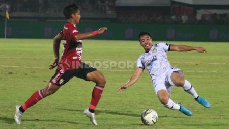 Gelandang Tira Persikabo, Guntur Triaji berupaya merebut bola yang dikuasai gelandang Bali United, Kadek Agung Widnyana pada laga pekan ke-32 Shopee Liga 1 2019 di Stadion Kapten I Wayan Dipta, Gianyar, Kamis (12/12/19). - INDOSPORT