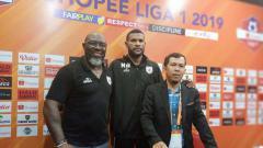 Indosport - Pelatih Persipura, Jacksen Tiago (kiri) bersama Marinus Wanewar