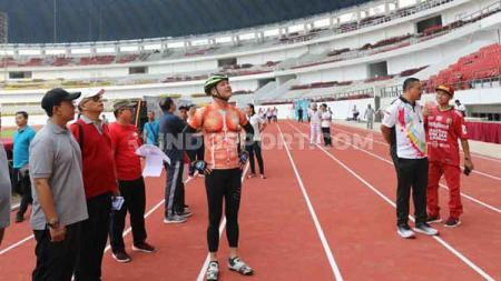 Gubernur Jawa Tengah, Ganjar Pranowo, rutin mengunjungi proyek renovasi Stadion Jatidiri. - INDOSPORT