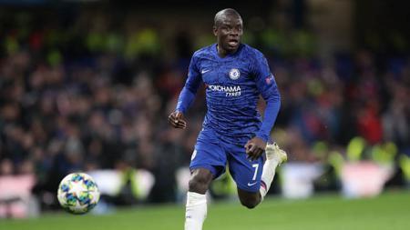 Pemain sepak bola Chelsea, N'Golo Kante, langsung ketiban sial beberapa waktu setelah muncul rumor bahwa dirinya ingin pindah ke Real Madrid. - INDOSPORT