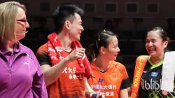 Melati Daeva (kanan) tampak tersenyum ke arah Zheng Siwei