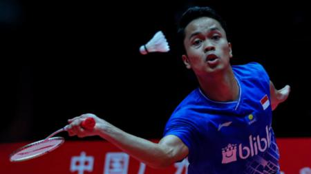 Anthony Sinisuka Ginting di laga semifinal BWF World Tour Finals melawan Chen Long. - INDOSPORT