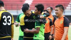Indosport - Osvaldo Haay kembali absen dalam latihan terakhir Persebaya Surabaya di Lapangan Polda Jatim pada Selasa (14/1/20).