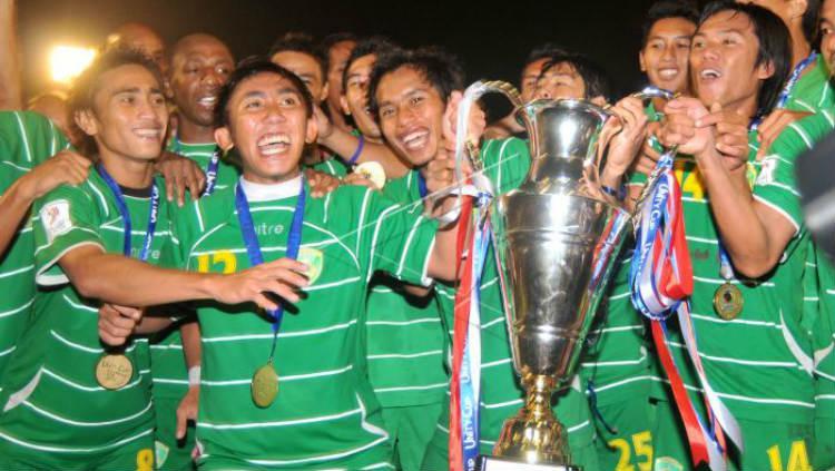 Pemain Persebaya 1927 usai menjuara Unity Cup 2011 setelah mengalahkan Kelantan FA Copyright: ANTARA/M Risyal Hidayat/Koz/mes/11
