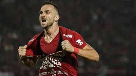 Sempat berencana membeli Playstation (PS) untuk hiburan selama kompetisi berhenti, striker Bali United, Ilija Spasojevic membatalkannya. - INDOSPORT
