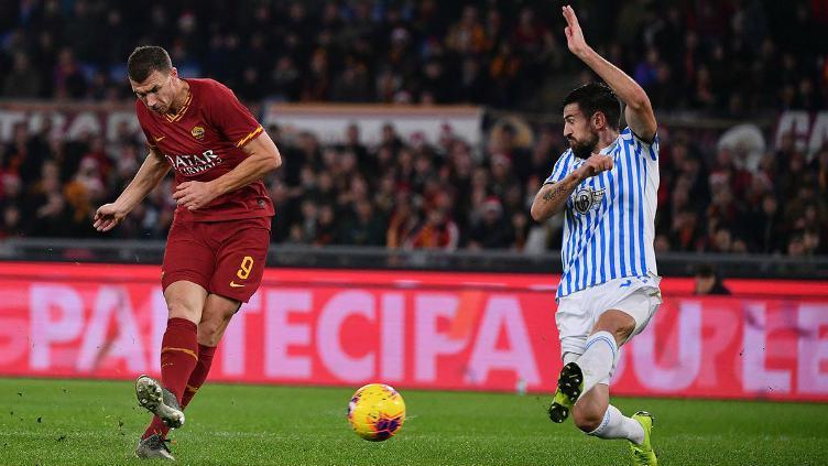 Edin Dzeko saat melepaskan tembakan di laga AS Roma vs SPAL Copyright: Twitter @OfficialASRoma