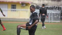 Indosport - Klub Persipura Jayapura kembali terancam menjadi tim musafir lagi di kompetisi Liga 1 2020. Pasalnya, sampai saat ini mereka masih menanti lampu hijau untuk menggunakan dua stadion di Jayapura.