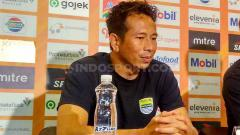 Indosport - Penjaga gawang Persib, I Made Wirawan saat konferensi pers di Graha Persib, Jalan Sulanjana, Kota Bandung, Minggu (15/12/2019).