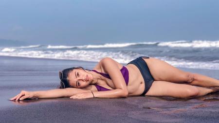 Pose Jess Amalia tiduran di pinggir pantai - INDOSPORT