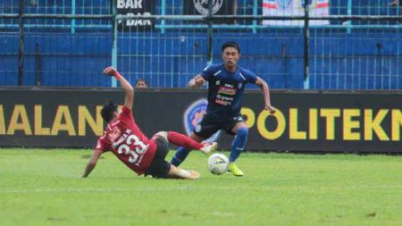 Bek sayap Arema FC, Johan Ahmad Farizi, optimistis tetap maksimal meskipun harus menjalani waktu recovery minim menjelang duel kontra Persebaya. - INDOSPORT