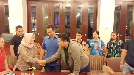 Pelatih senam nasional yang juga kepala pelatih senam Jawa Timur, Indra Sibarani berjabat tangan dengan ibu Shalfa. Minggu (15/12/19). - INDOSPORT