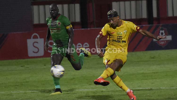 Bruno Matos berselebrasi usai mencetak gol ke gawang Kalteng Putra. Copyright: Herry Ibrahim/INDOSPORT