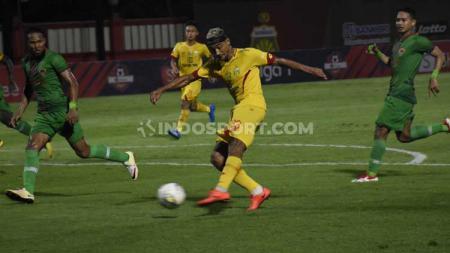 Bruno Matos mencoba melancarkan serangan ke gawang Kalteng Putra di Liga 1 2019. - INDOSPORT